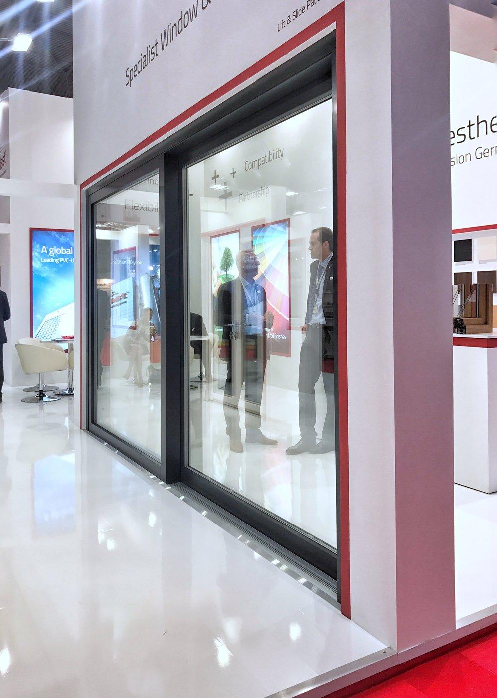 Drzwi HST umożliwiają realizowanie wielkowymiarowych, ponad sześciometrowych przeszkleń