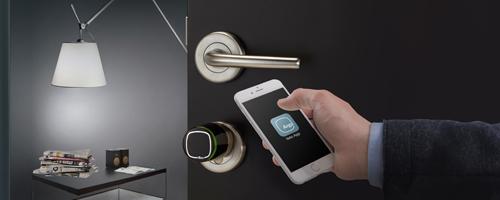Otwieranie drzwi przy użyciu smartfona z zainstalowaną aplikacją Argo.