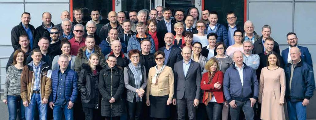 W ciągu 25 lat zespół Roto Frank Okucia Budowlane ciągle się powiększał. Dziś w firmie pracuje prawie 100 osób, wiele z nich spędziło w Roto większość życia zawodowego. Są oni dumni z sukcesu swojego zgranego i stabilnego zespołu.